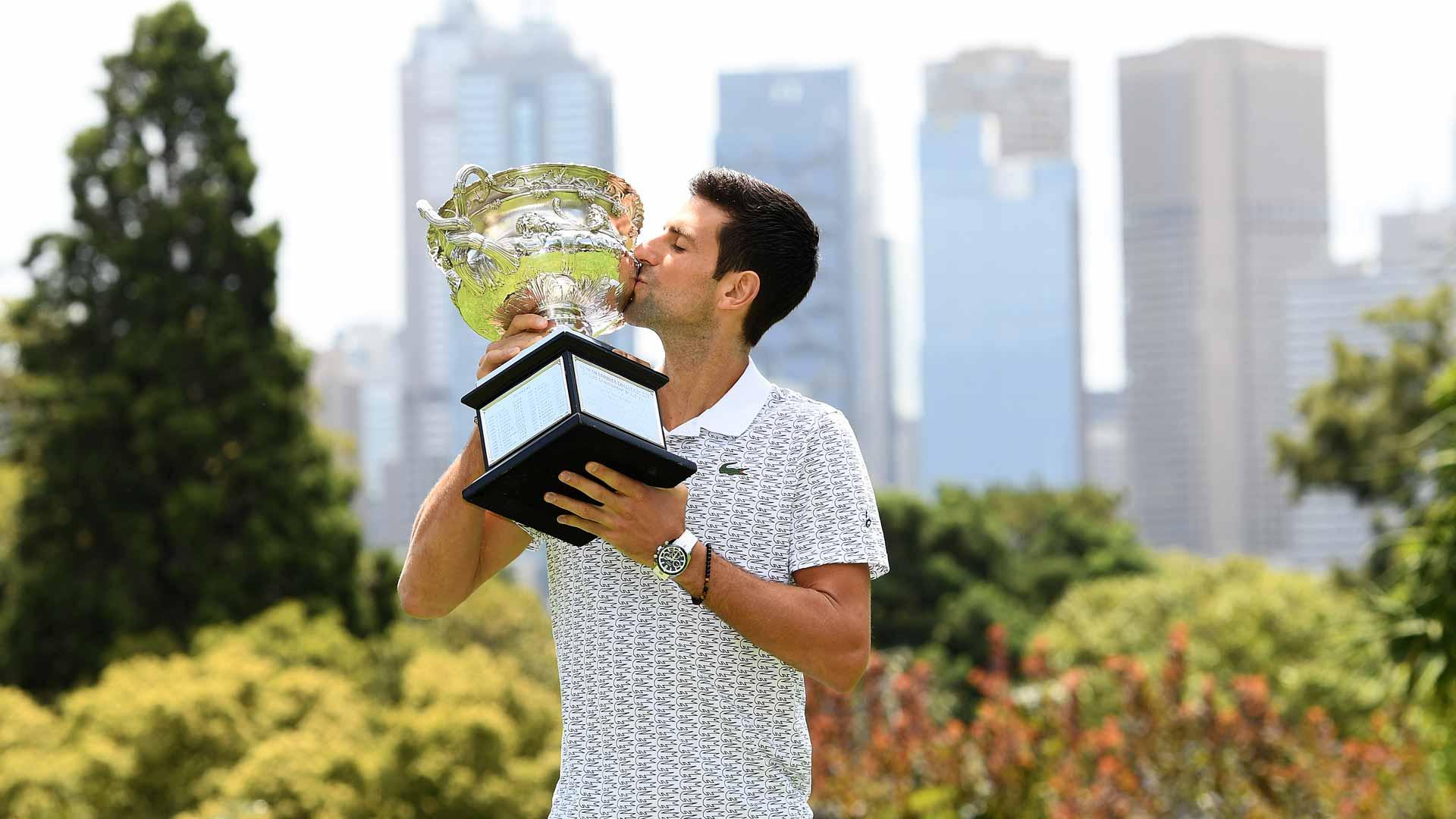 Novak Djokovic z trofeum za Australian Open 2020